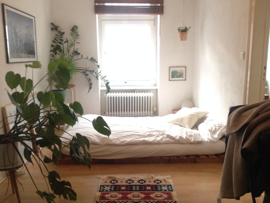 Einrichten Schlafzimmer ~ Helle schlafzimmer mit einfacher einrichtung. #schlafzimmer