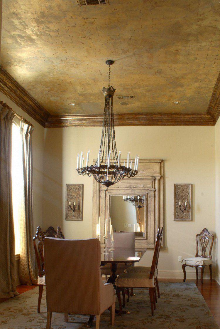 Plafond Design Aux Accents Dorés à Effet Métallisé, Peinture Beige, Meubles  En Bois Et