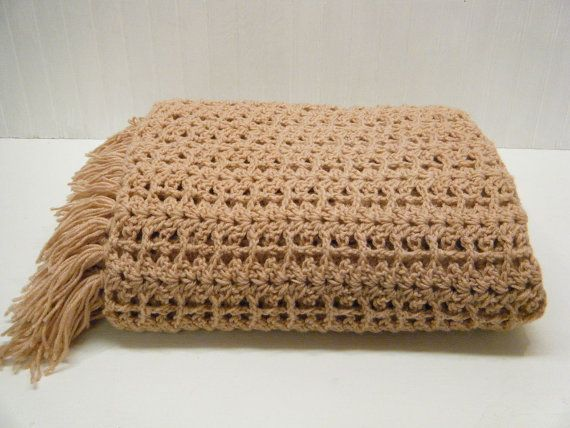 Pretty Hand Crocheted Mauve Pink Afghan Throw par simplelifevintage