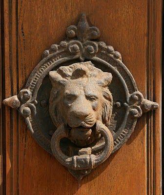 llamador con figura de león