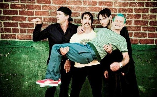 Red Hot Chili Peppers prometió disco para este año, y ahora ya sabemos con quién lo están grabando. Se trata del histórico productor de Radiohead y miembro d...
