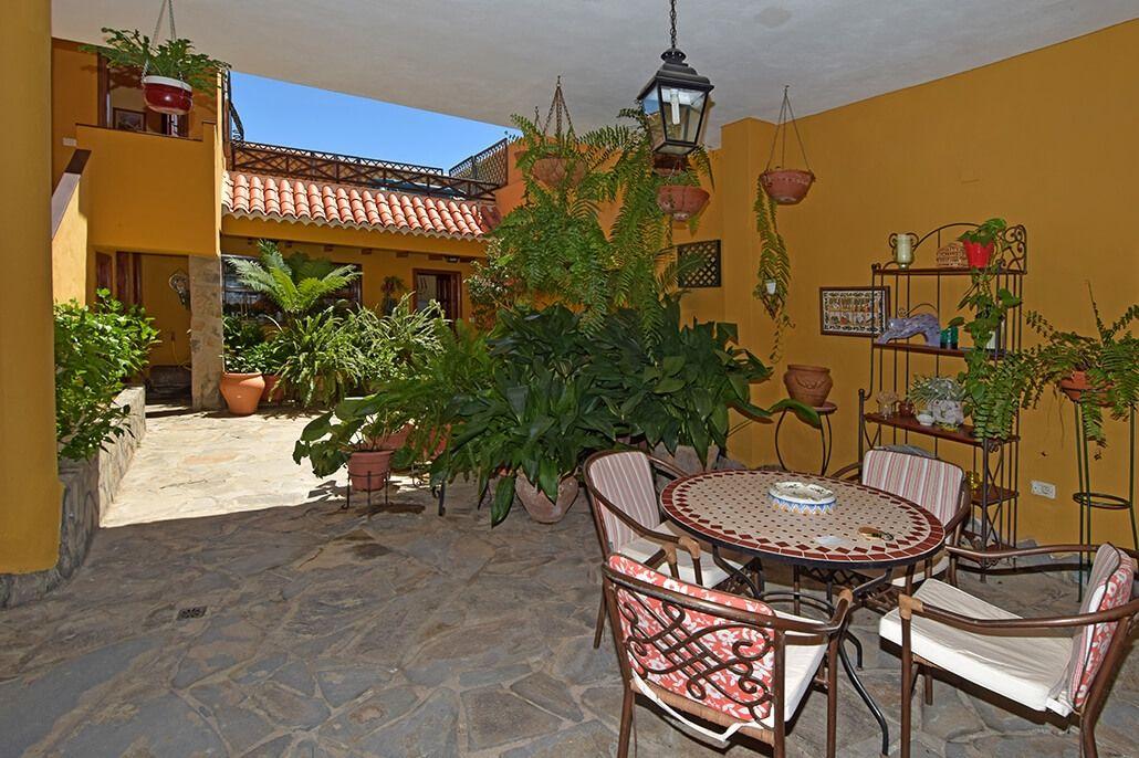 Description: Typisch Canarisch huis met schaduwrijke patio en jaccuzzi in het hart van een historisch dorp.  Vakantieverrijking in een authentiek huis Als je houdt van de gezellige sfeer die een landelijk dorp uitstraalt dan beleef je in Casa Rural Mama Lola de vakantie van je leven. Behalve dat eigenaresse Dolores haar familiebezit fenomenaal verbouwd heeft ligt het ook nog eens een keertje in het authentieke historische dorp Arico Nuevo. Casa Rural Mama Lola staat gelijk aan Tenerife…