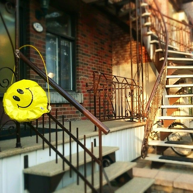 . #smiley #CédrikaProvencher #balloon #stairs #Montreal #mtl #street #happy #cute #instafunny