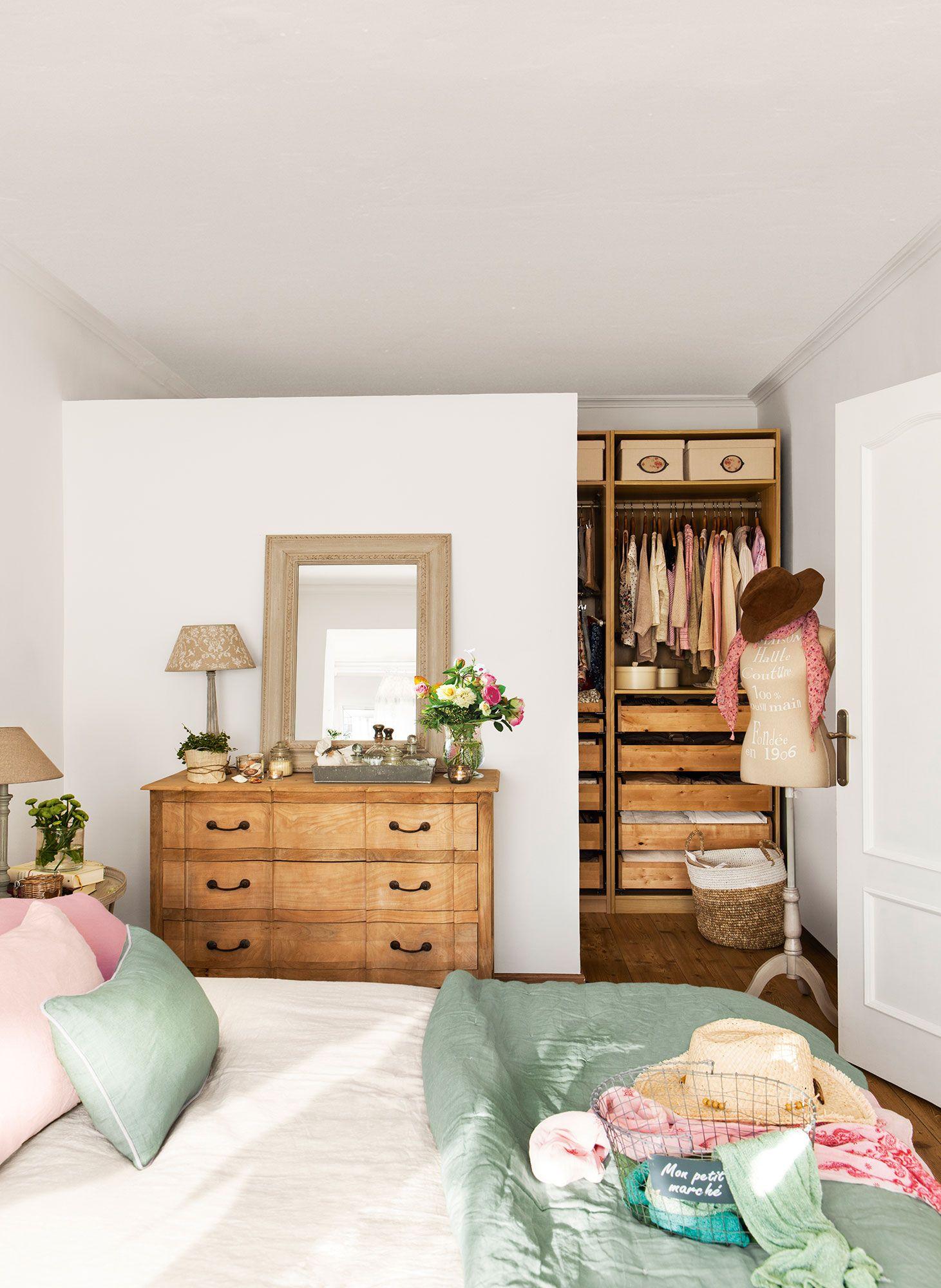 Dormitorio en blanco con vestidor abierto tras murete vestidores abiertos vestidor y dormitorio - Dormitorio vestidor ...