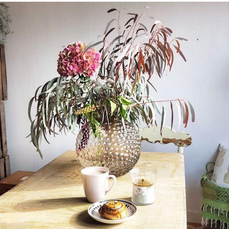 Son café, sa viennoiserie, sa bougie parfumée WoodWick et son joli bouquet de fleurs. Une belle journée qui commence ☕️💐 (📷 @hemmahosfloristen ) ・・・ Nytt i daggvasen och firar kanelbullens-dag. 😊 #eskilstuna #decoflor #hemmahosfloristen #hortensia #eucalyptus #dagg #daggvas #svenskttenn #swedishgrace #lillemor #gefle #gefleporslin #woodwick #woodwickcandle #hmhome #fleuriste #bougie #powerflower #relax #coffeetime #coffee #cafe #viennoiserie #mugs