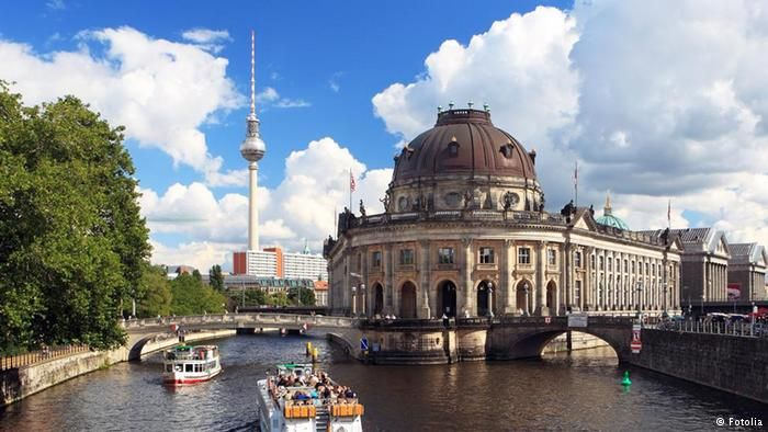 Berlin Tourismus vom Ausflugsboot aus © fhmedien_de #25595870 Beliebteste Sehenswürdigkeiten Deutschlands Berlin Fernsehturm Museumsinsel Alex