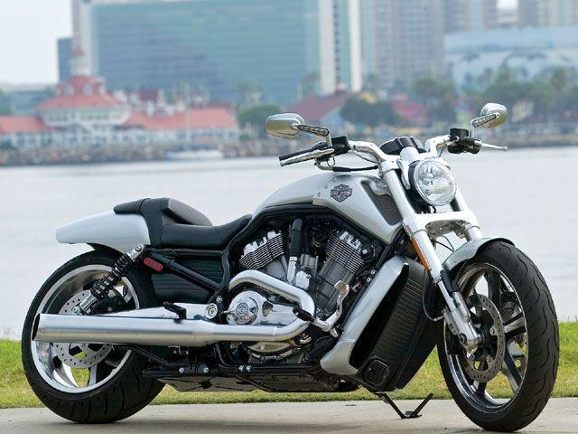 A Dyna Switchback da linha Harley-Davidson tem como diferencial a união de estilos, com o melhor do design e da simplicidade retrô e um visual extremamente contemporâneo.