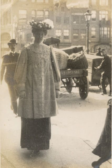 vintage everyday: Old Photographs of Women on The Street in Holland, 1906