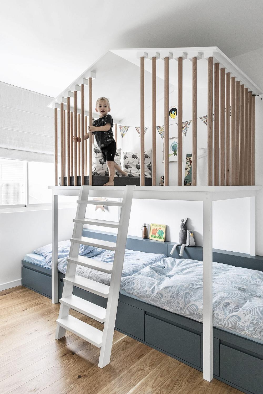קבלו את הדירה עם הכי הרבה פתרונות אחסון שראינו Modern Childrens Room Living Room Carpet Home