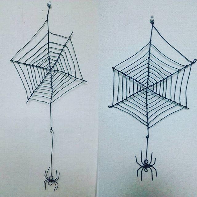 針金細工 ハロウィン用のくもの巣とくも 右が旦那さん作で左