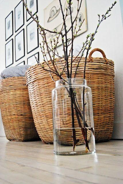 körbe und vase mit holz im wohnzimmer.   wohnzimmer einrichten ... - Grose Vasen Fur Wohnzimmer
