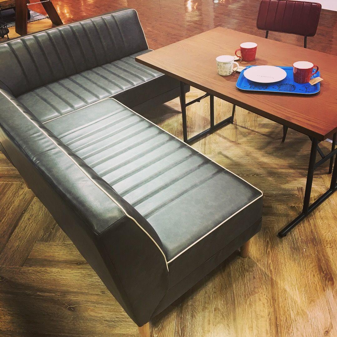 カフェ風のコーディネートが楽しめるソファダイニングです 深く座れてゆったりとくつろげる座面に Pvcレザーなのでお手入れも簡単です 白のパイピングがほんのりレトロな雰囲気に ダイニングソファ ソファ カフェ風