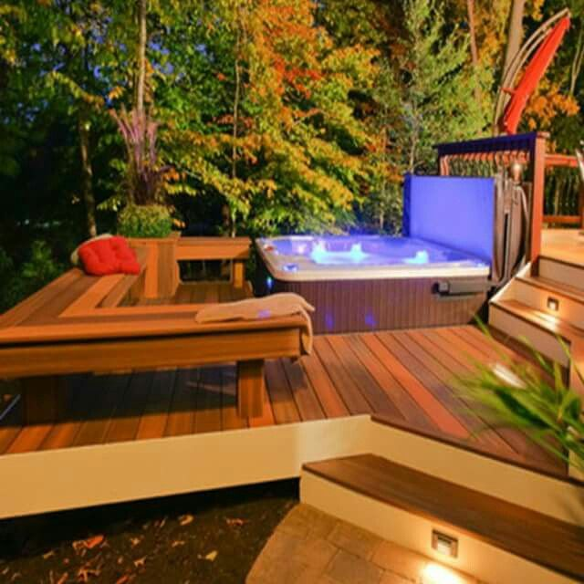 Acogedor jacuzzi exterior en deck de madera Ideal para relajarse en