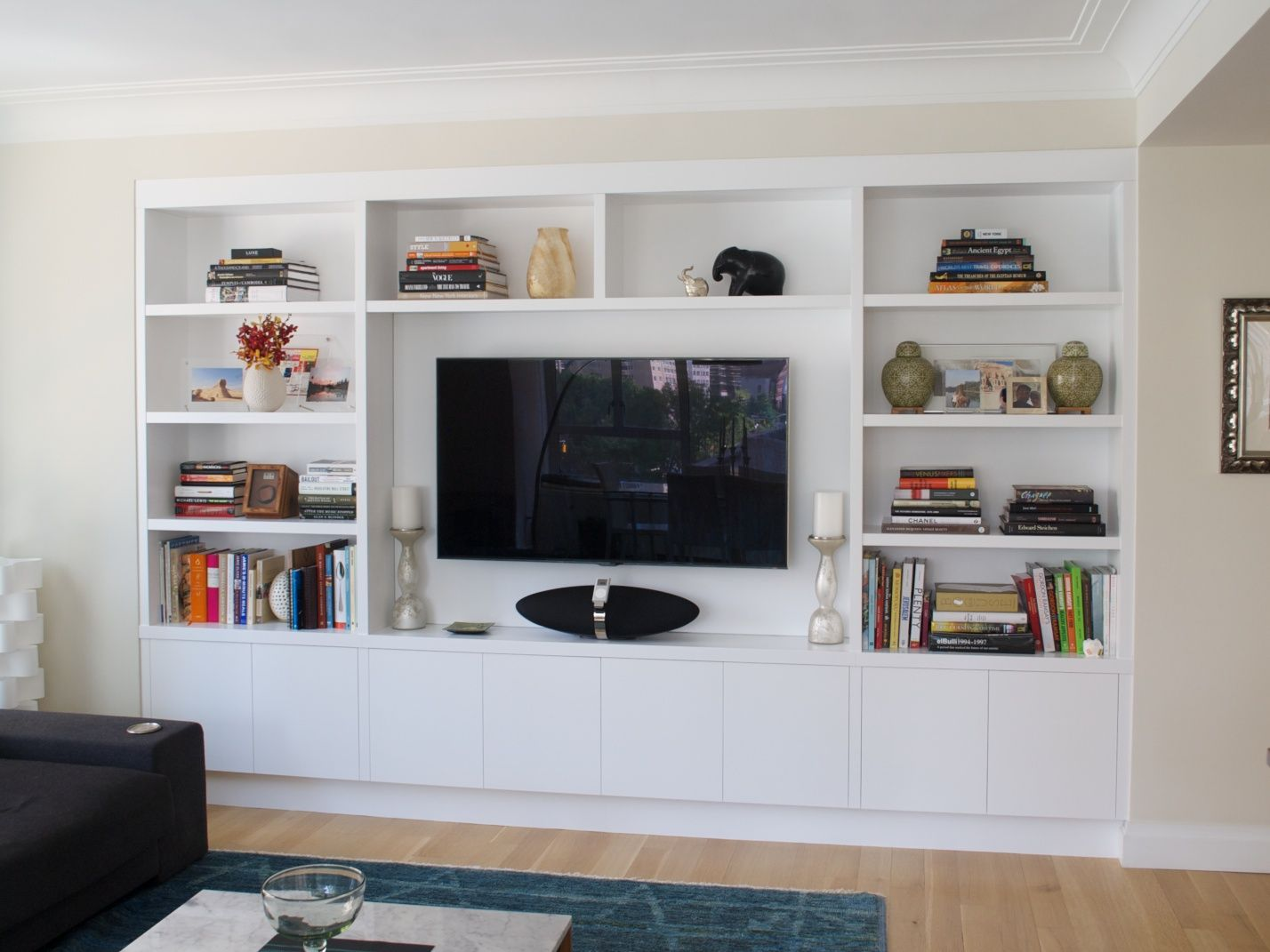 Recessed built in wall unit in white bookshelves for Modern built in cupboards