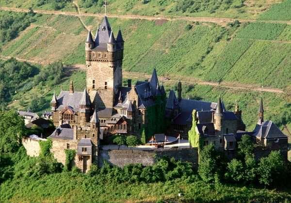 Dit kasteel ligt in Cochem, Duitsland. Het werd gebouwd rond 1020. In 1689 werd het kasteel verwoest door de Fransen. Het kasteel is daarna weer opgeknapt. Hier ben ik zelf ook geweest. Je krijgt er mooie rondleidingen in alle talen.