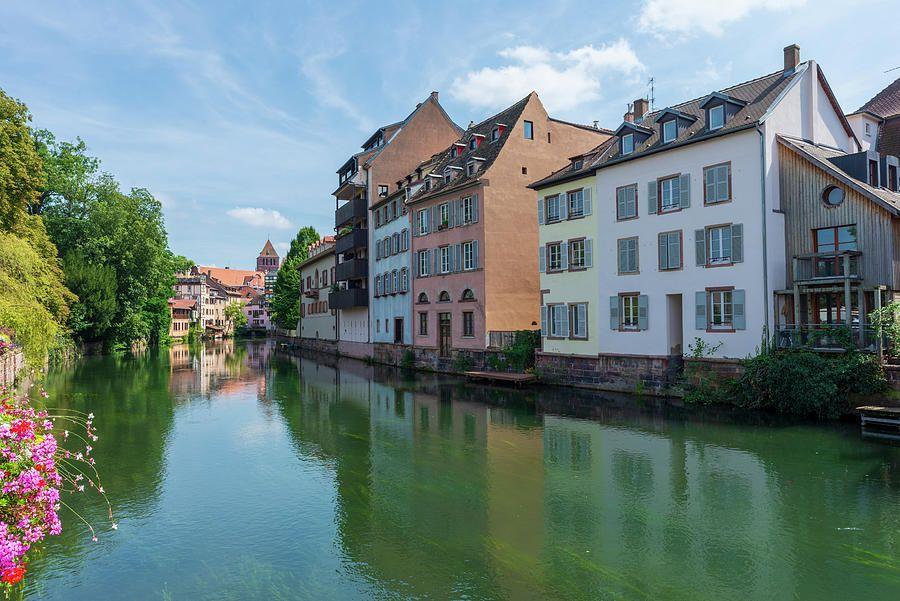 Un canal en la ciudad de Estrasburgo, Francia