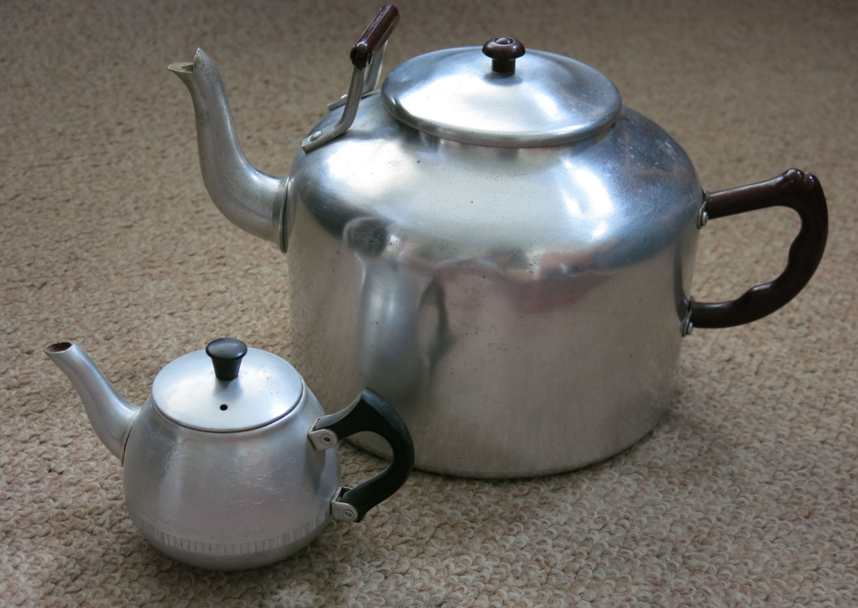 Large Approx 12 Cup Tea Pot And A 1 Cup Tea Pots Old Things Tea