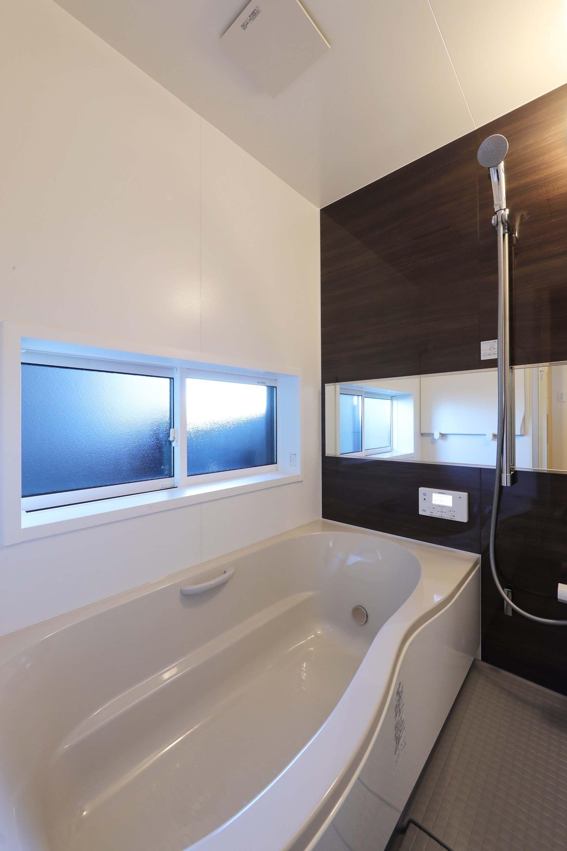 専門家 が手掛けた 浴室 絵画のように窓を眺める家 夏に花火を見る