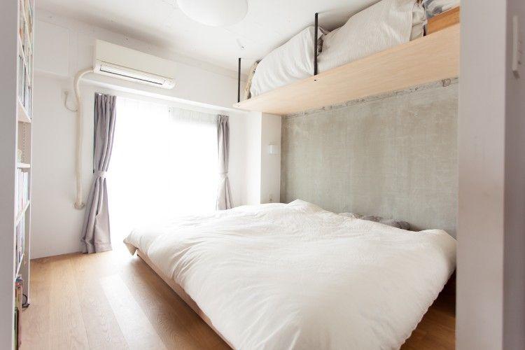 天井際のスペースを利用した棚がナイスアイデア 奥行き深めなので寝具
