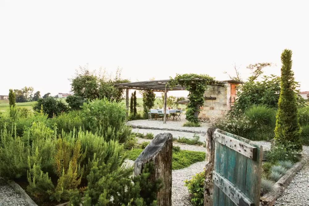 Photo of Un giardino a bassa manutenzione in una villa collinare italiana