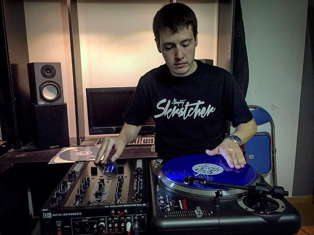 Rascando en el estudio! @flavourgz #turntablism #scratch #skratcher #enterthescratchgame #traktorz2 #vestax #pdx3000 #shure #m447 by raulgz04 http://ift.tt/1HNGVsC