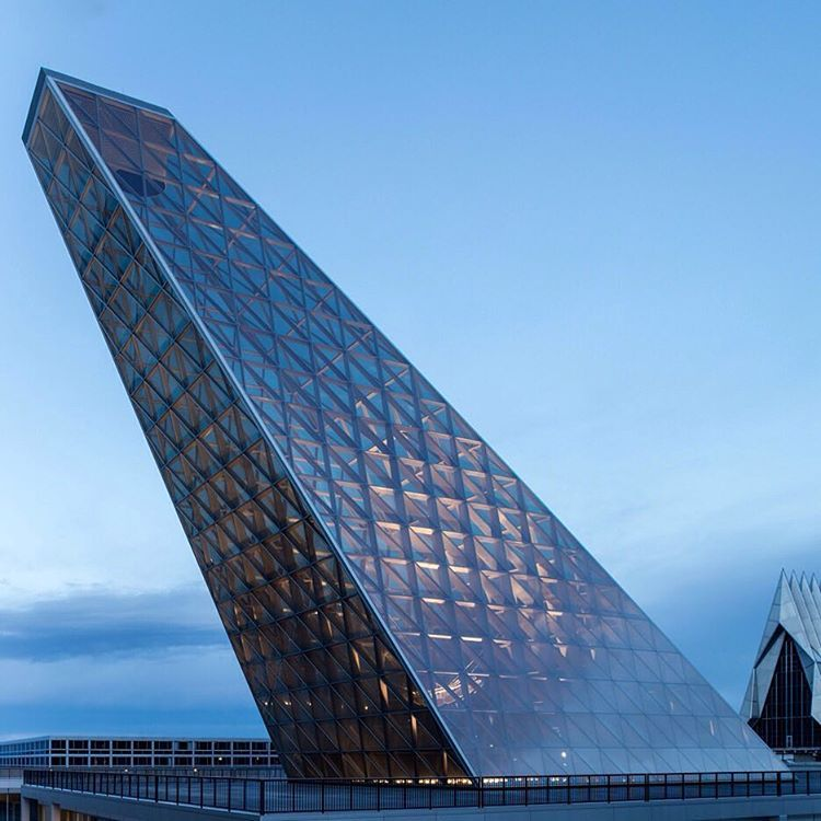 Skidmore, Owings & Merrill has completed a new building on the grounds of the US Air Force Academy in Colorado, featuring a glass skylight resembling the tail fin of a jet fighter that points towards the North Star. Photograph is by Magda Biernat. Find out more on dezeen.com/tag/USA #architecture #USA