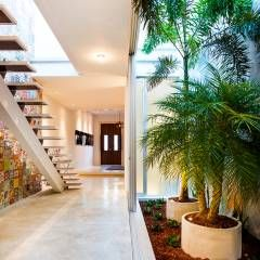 Pasillos, vestíbulos y escaleras de estilo translation missing: co.style.pasillos-vestíbulos-y-escaleras.moderno por HPONCE ARQUITECTOS