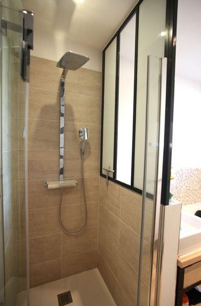 Petite salle de bains zen et moderne de 6m2 recherche et zen for Salle de bain 6m2 avec baignoire
