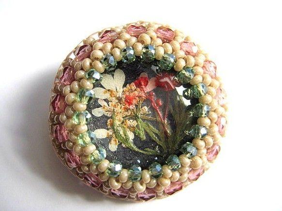 ガラス製カボションの奥に押し花を閉じ込めました。 チェコビーズとガラスビーズで刺繍したブローチです。 裏側は合皮になっています。 胸元にも着けやすい大きさのブ...|ハンドメイド、手作り、手仕事品の通販・販売・購入ならCreema。