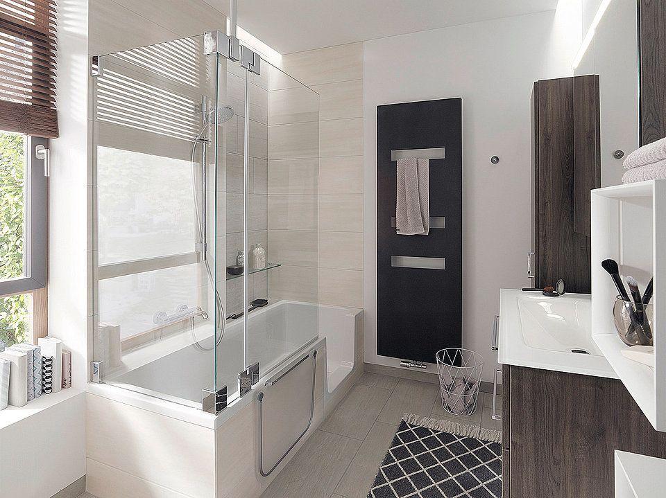 Eine Kombination aus Dusche und Badewanne nutzt den ...