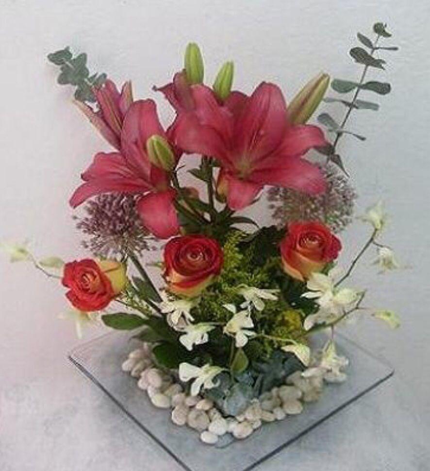 Centro de lilis y rosas con follage de eucaliptos flores - Arreglo de flores naturales ...