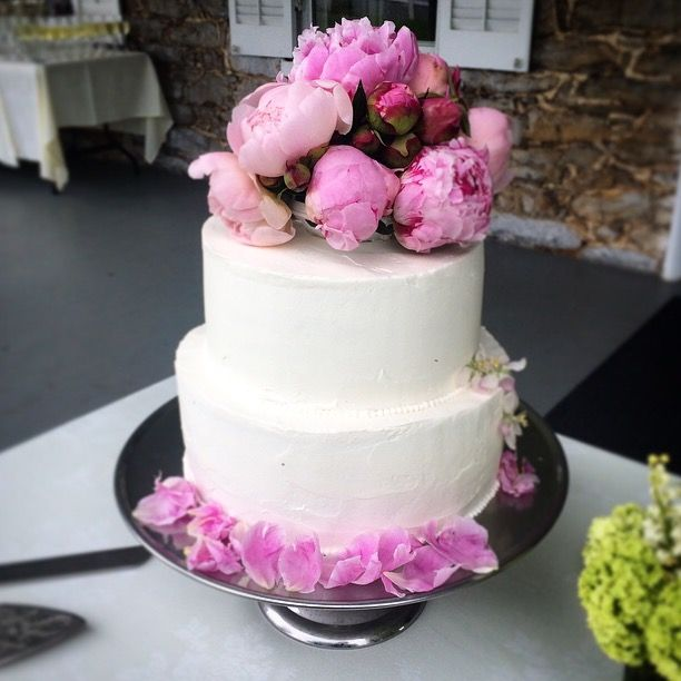 A stunning lemon cake decorated with real peonies! #SpringWedding #CountryChic #weddingcake #cake #LAubergeProvencale