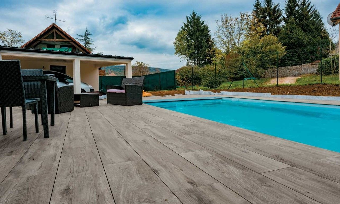 une belle piscine entour e d 39 une terrasse en dalles gr s c rame dalles c ramiques c 39 est. Black Bedroom Furniture Sets. Home Design Ideas
