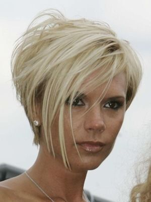 Victoria Beckham blond platine court coupes courtes
