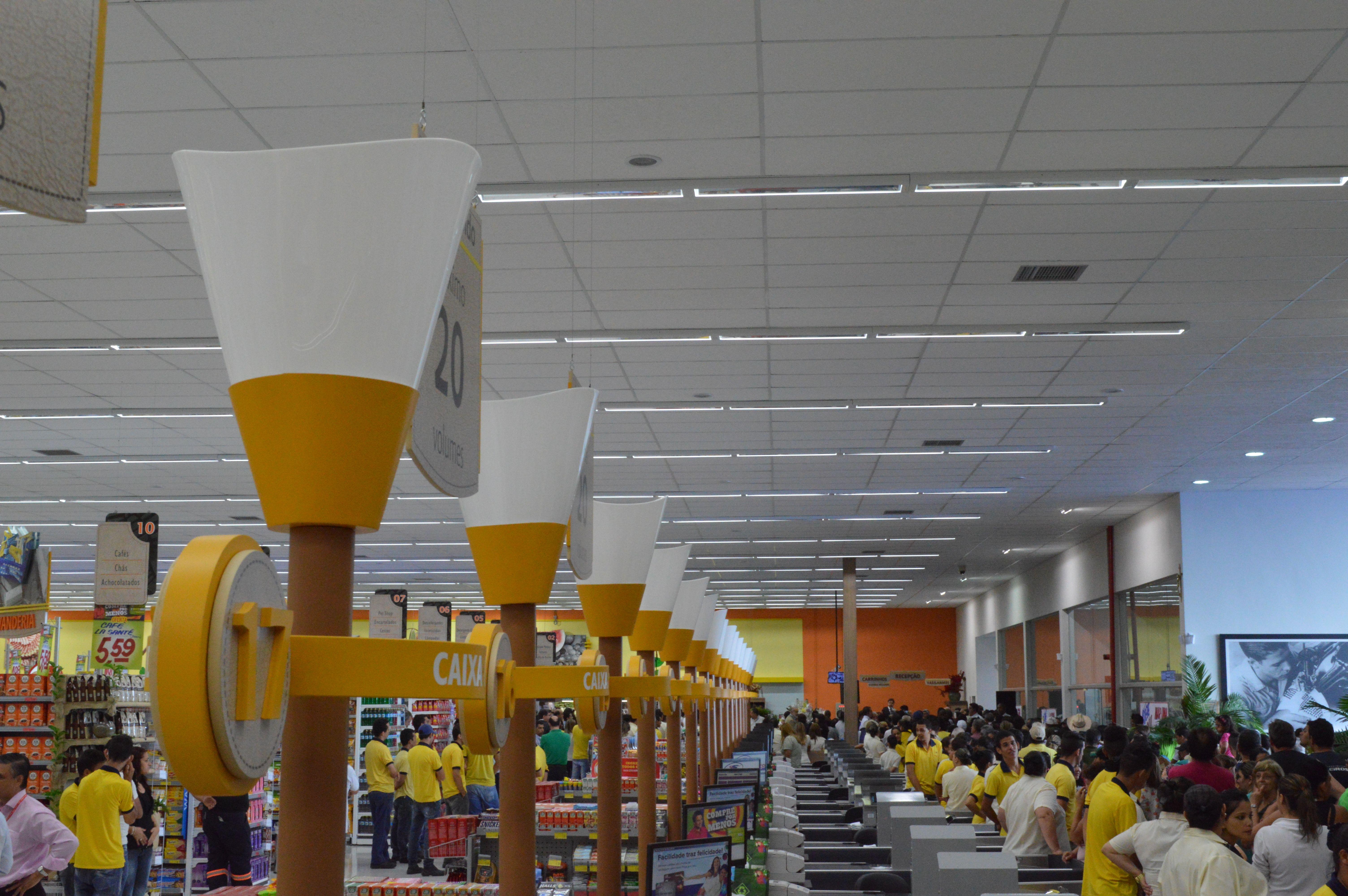 Projeto de Loja | Comunicação Visual Savegnago Franca-SP Detalhe das luminárias dos check-outs