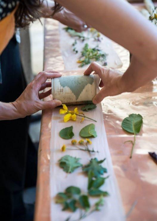 Decoración en tela hecha mediante impresión de diseños vegetales y ...