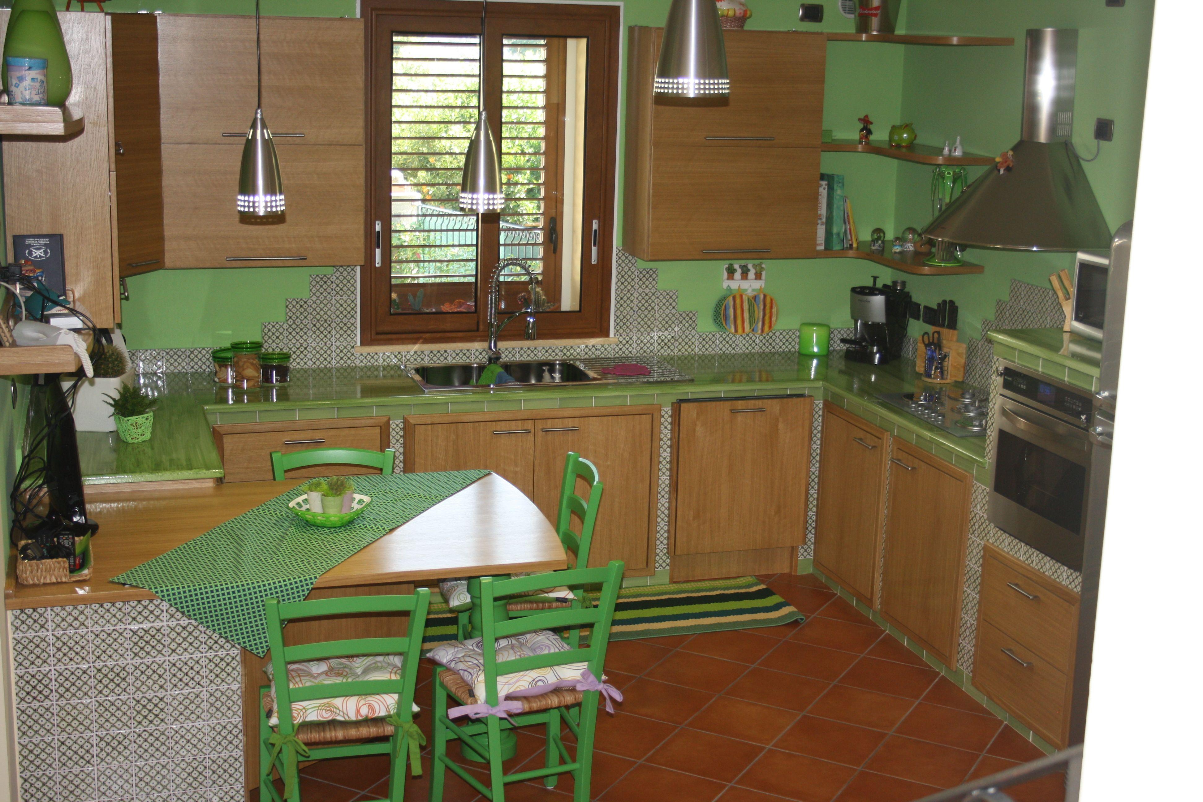 La fauci cotto siciliano; cucina in muratura con piastrelle in cotto