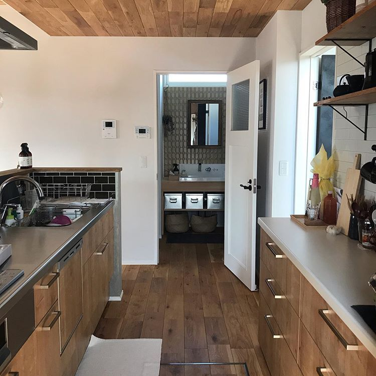 Mさんはinstagramを利用しています キッチン 工務店の標準仕様のlixilアレスタ 色は木目調のライトグレイン 引き出しの取っ手を黒ではなく真鍮っぽい色に シンク側の台を 人工大理石からステンレスっぽいのに変更したくらい ダメって言われたけど 熱