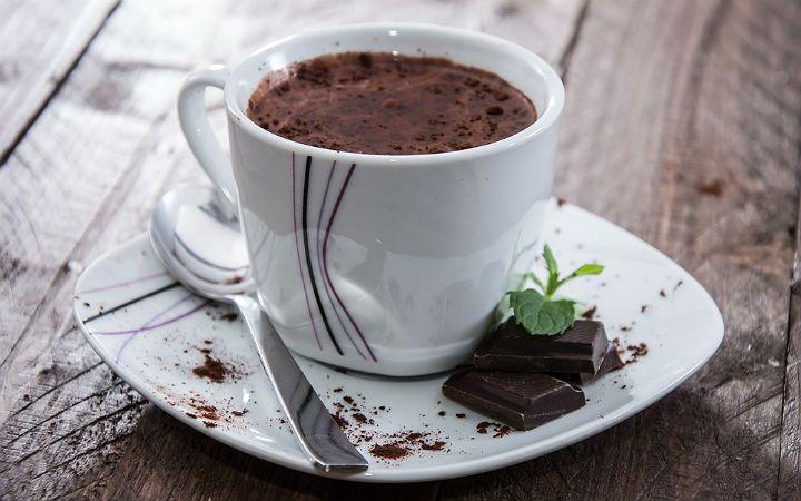 Eritilmiş sıcak çikolatanın kaynar süte tat ve rengini kattığı, pratik bir şekilde evde hazırlanabilen sıcak çikolata yanına battaniye ve kitap öneriyoruz.
