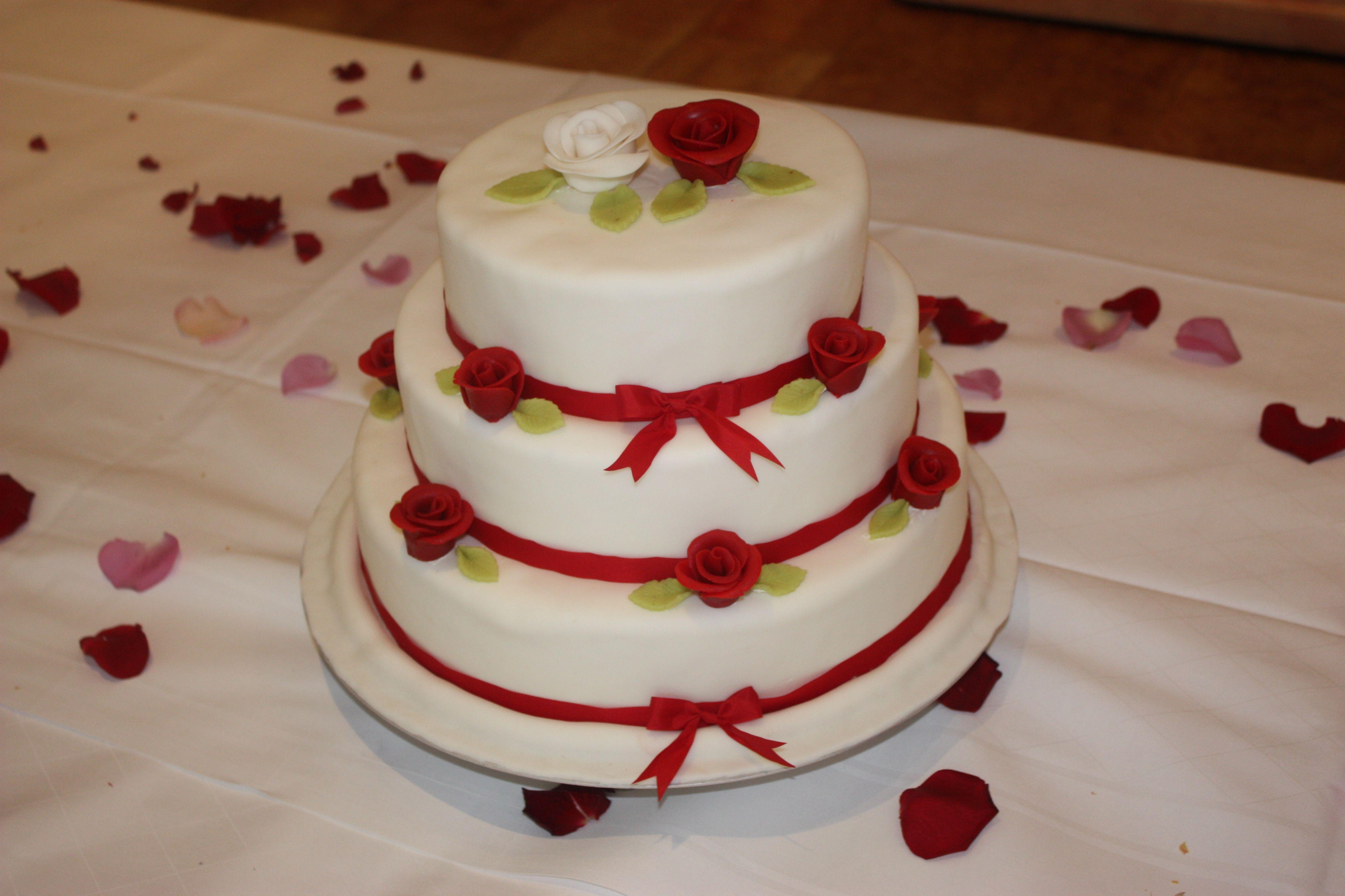 Schlichte Hochzeitstorte Mit Roten Bandern Und Marzipan Oder