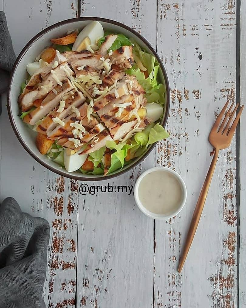 Caesar Salad with Grilled Chicken; for full satisfying meal with a twist, add on our tasty charbroiled grilled chicken breast. Grilled chicken is absolutely PERFECT when combined with parmesan cheese .  #grubmy #grubkitchen #grub #kualalumpur #klcc #ampang #meganavenue #klangvalley  #caesarsalad #grilledchicken #charbroiled #foodbeast #foodgasm #foodlover #diet #dietmenu #makanansihat #fitnesskl #fit #healthy #healthylifestyle #healthymenu #grilledchickenparmesan