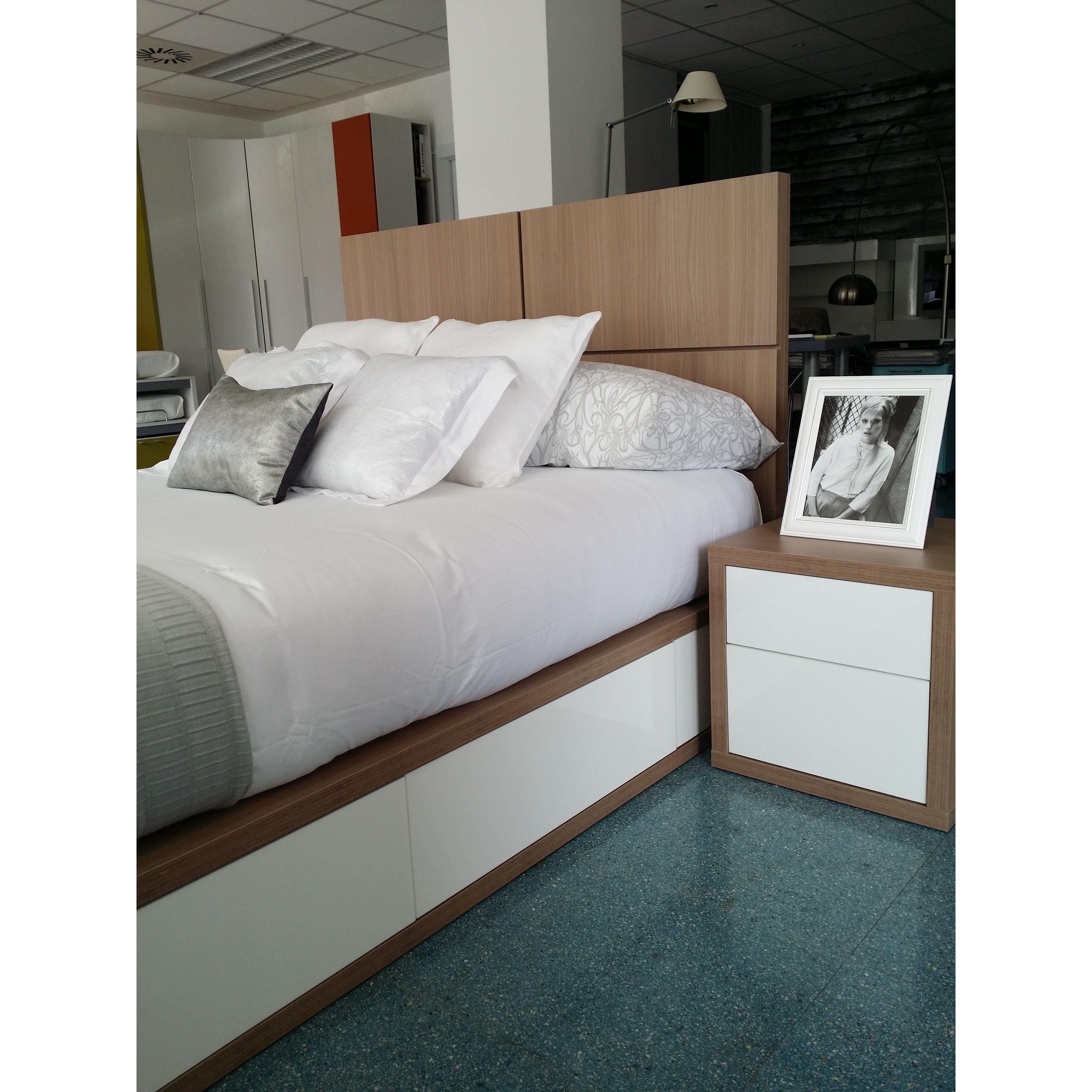 nueva exposición dormitorio de matrimonio moderno de diseño a