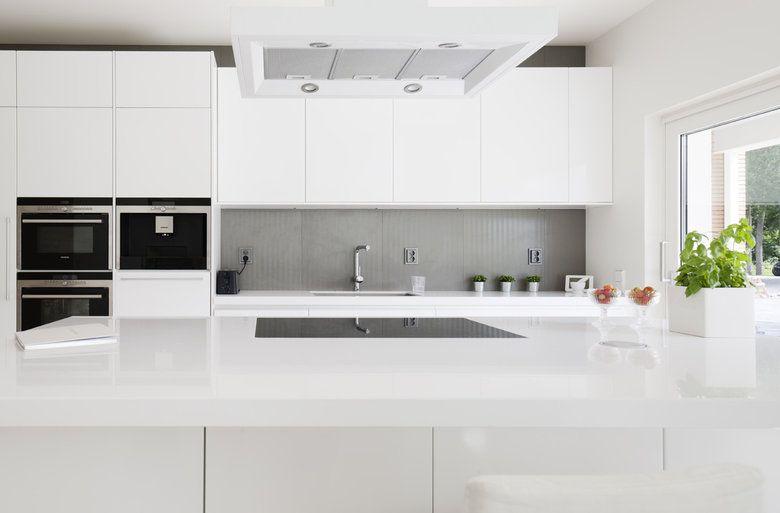 Valkoinen keittiö ja harmaa välitila  Keittiö  Pinterest