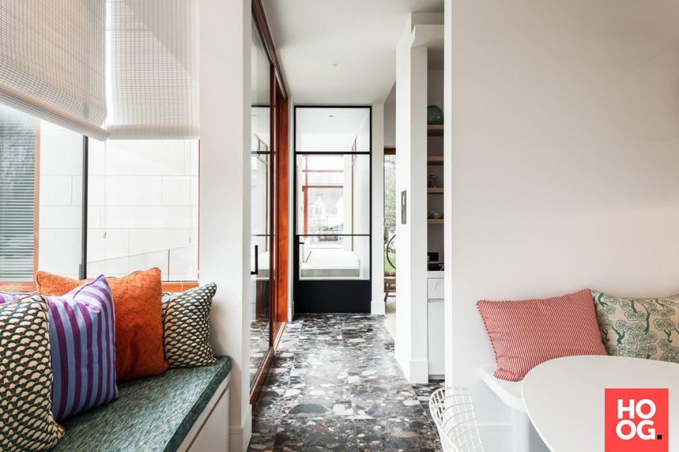 Moderne Interieur Ideeen : Zithoek met kussens in modern interieur woonkamer ideeën