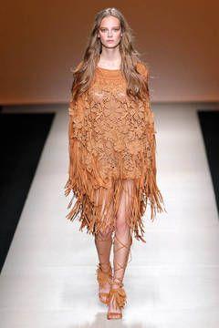 Alberta Ferretti – Muster mit 3D-Effekt: Hohe Handwerkskunst und viel Liebe zum Detail zeigen die Designer mit plastischen Effekten. Beliebtes Motiv sind dreidimensionale Blüten, die auf Kleidern und Röcken ein modisches Eigenleben führen. Die schönsten Laufsteg-Looks zeigt flair Ihnen hier.