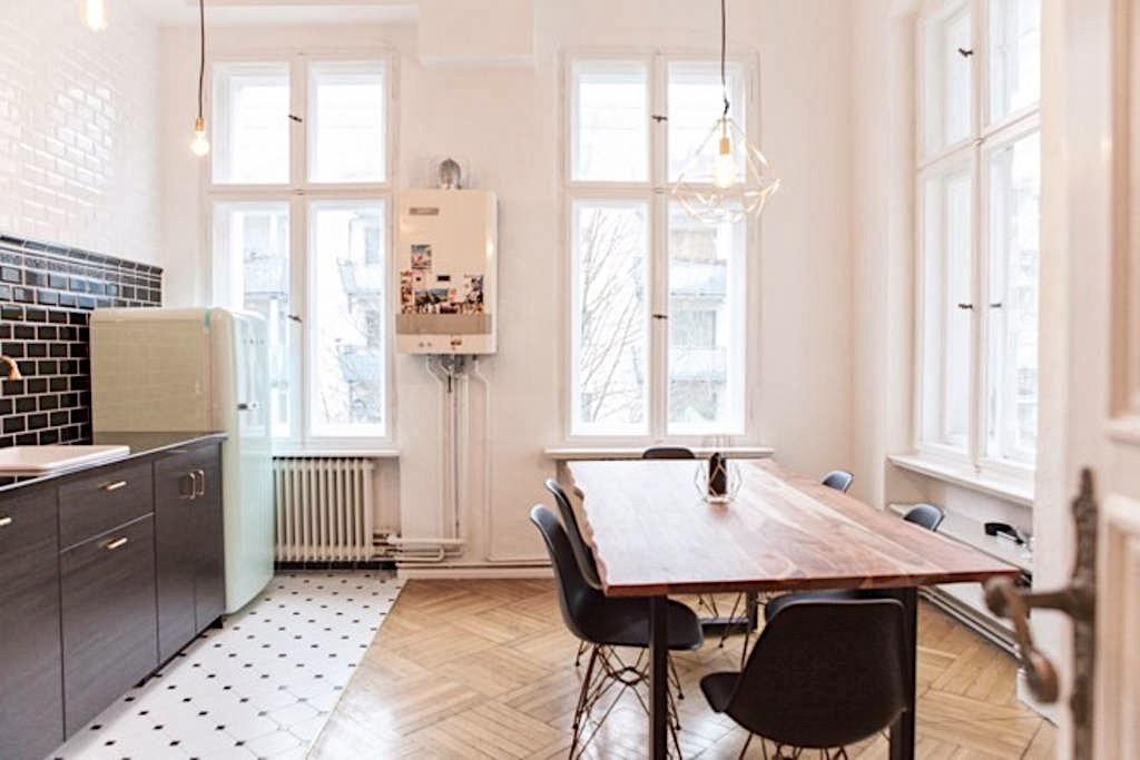 berliner altbauwohnung mit esstisch gro en fenstern und. Black Bedroom Furniture Sets. Home Design Ideas