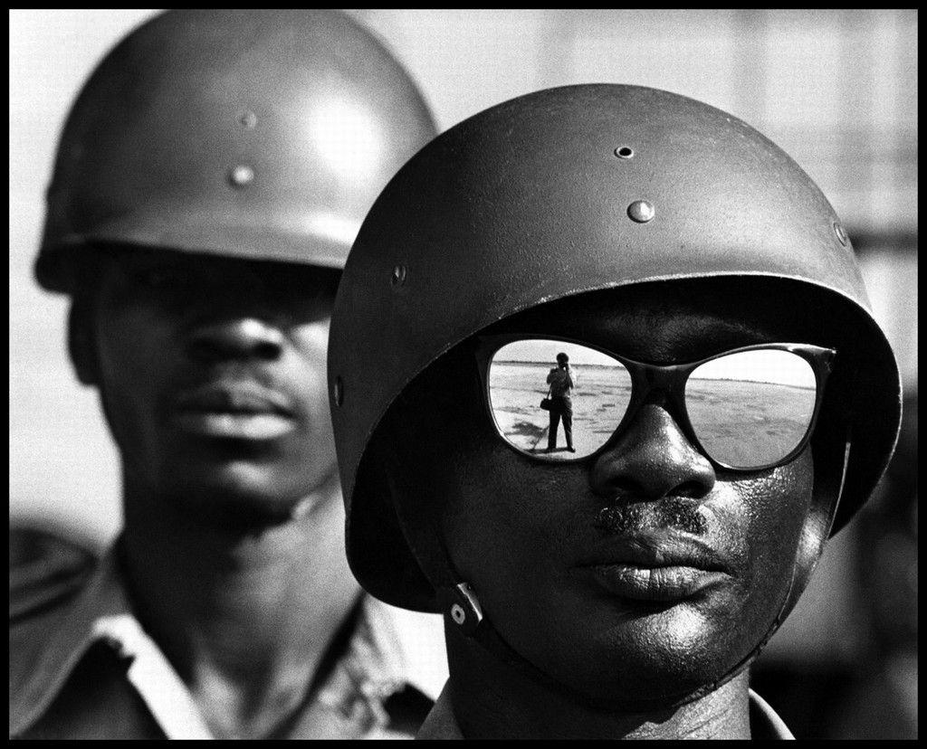 Elliott Erwitt: militares con casco y gafas de sol