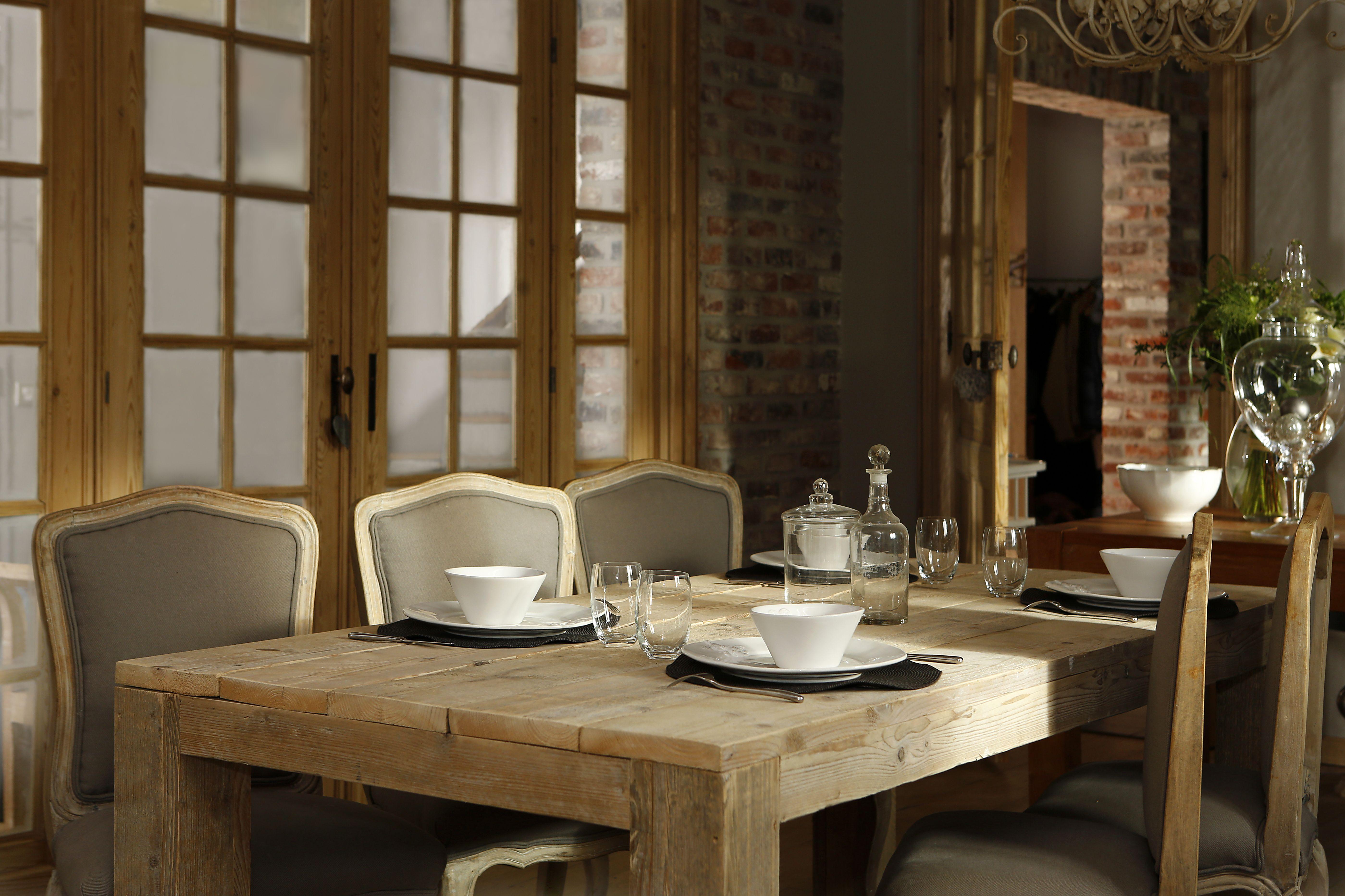 Ambiance cosy et shabby chic pour cette salle manger table en bois de r cup ration et chaises - Salle a manger shabby chic ...