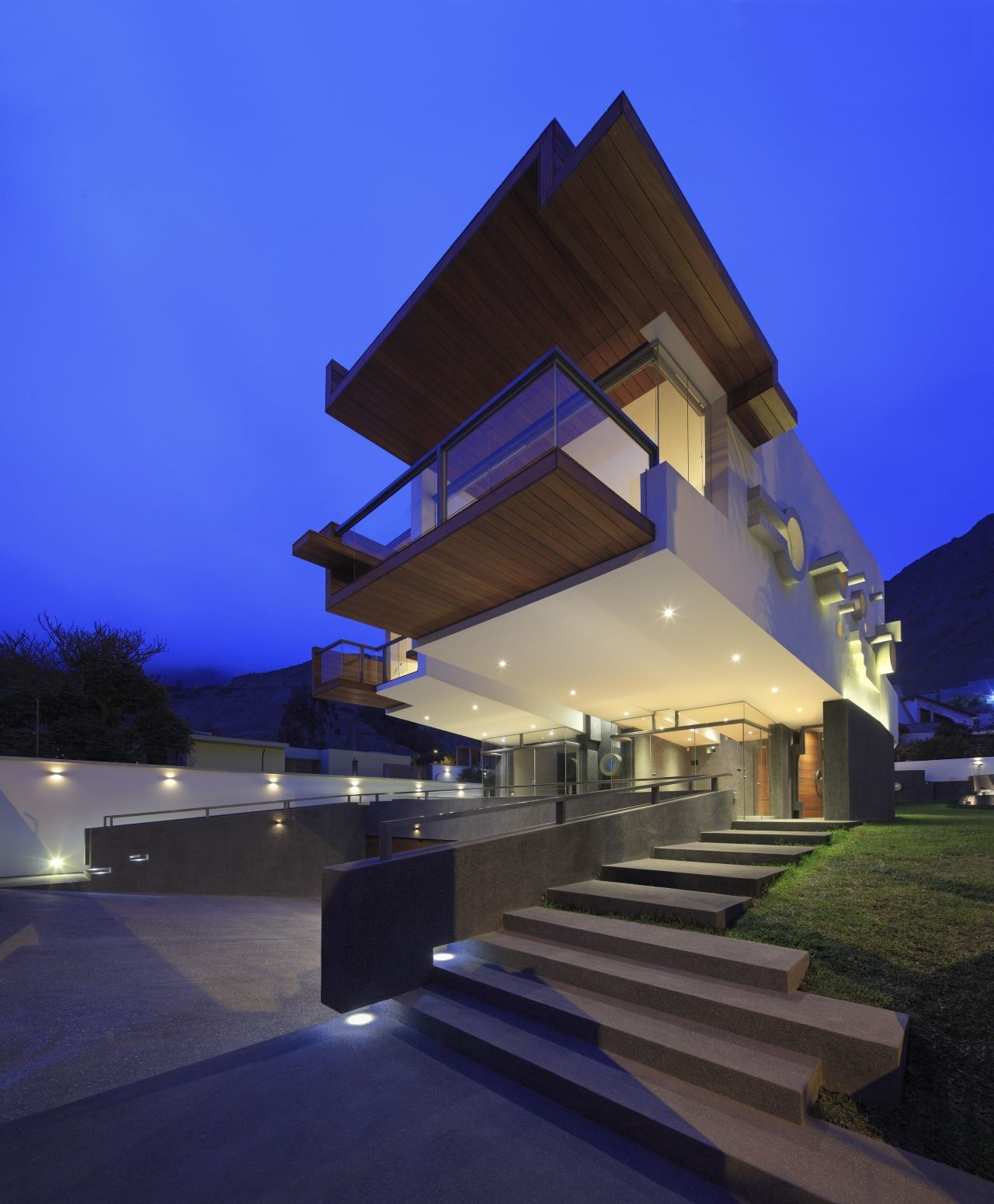 Creatively Cool Dual Cantilevered House In Peru: Galería De A House Forever / Longhi Architects