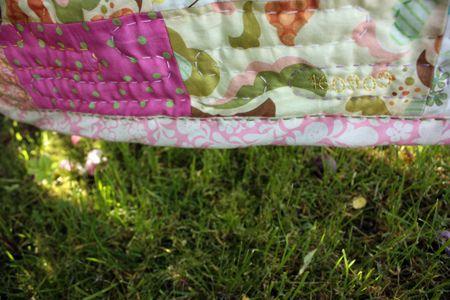 MUITA IHANIA: Käsin tikattu peitto